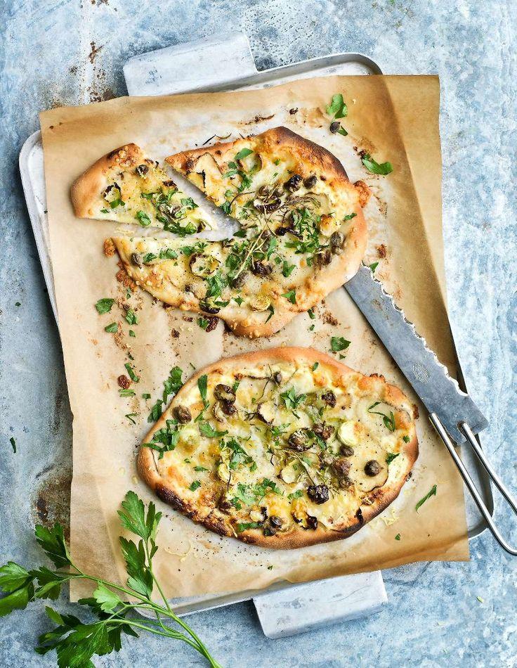 Rosmarin, kapris, västerbotten och jordärtskockor toppar den här ljuvliga vegetariska pizzan