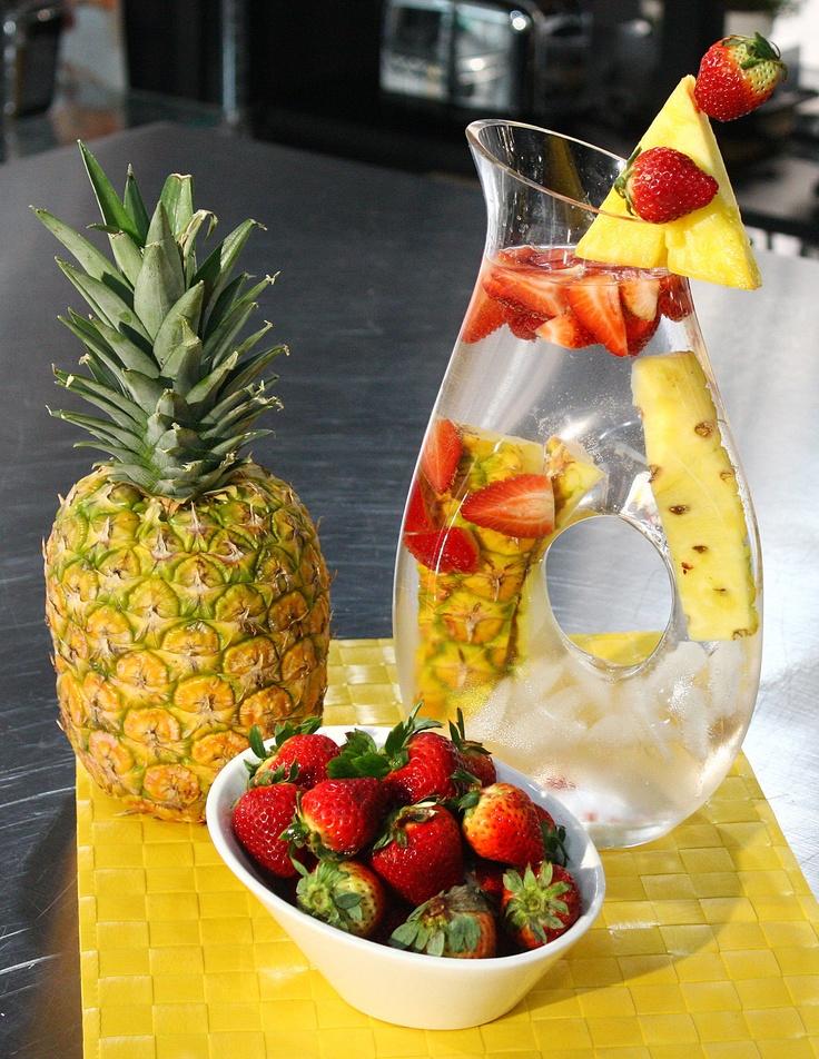 Sirve Agua saborizada de frutos tropicales. Utiliza las cáscaras de piña para darle más sabor a esta bebida refrescante.
