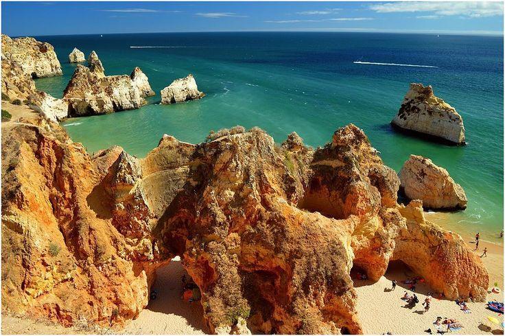Recientemente publicamos una selección de playas curiosos o que se pasan de bonitas en Algarve. Esta es la propuesta de ruta para recorrer en coche playas de Algarve que parecen piscinas (y entre acantilados, un sello distintivo del paisaje costero del sur de Portugal). La ruta une las siete playas del artículo anterior, y suma …