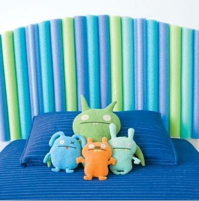 Un cabecero de cama hecho a mano. Una forma distinta para jugar con los tubos de espuma de la piscina ejjeje!