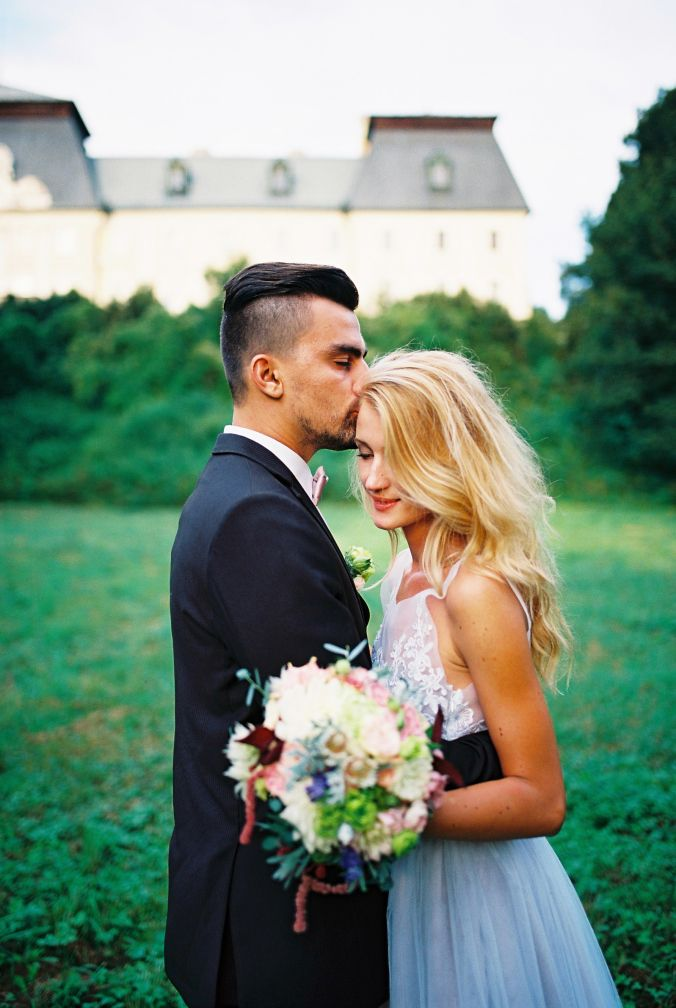 wedding photo, bride groom, romantic moment, kiss