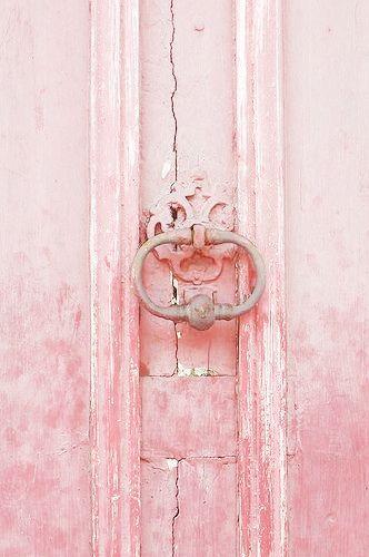 Roze deur met ouderwetse deurklopper in de Franse Provence. // via Mich Lancaster