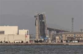 Esta ponte que une as cidades japonesas de Matsue e Sakaiminato é absolutamente surpreendente. E quase surreal.  A inclinação é fora do normal. O arco que foi construído - quase em V invertido - serve para os barcos de pesca possam passar sem problemas o lago Nakaumi. De um lado a inclinação é de 6.1%. Do outro 5,1%. Eshima Ohashi - é este o nome da ponte - tem 1,7 km de comprimento. E já foi palco - aqui está uma vantagem de tamanha inclinação - para a Daihatsu Motor testar a durabilidade…