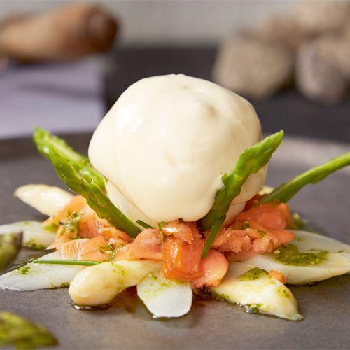 Aspergemousse, gekonfijte zalm en hollandaise saus van gerookte boter