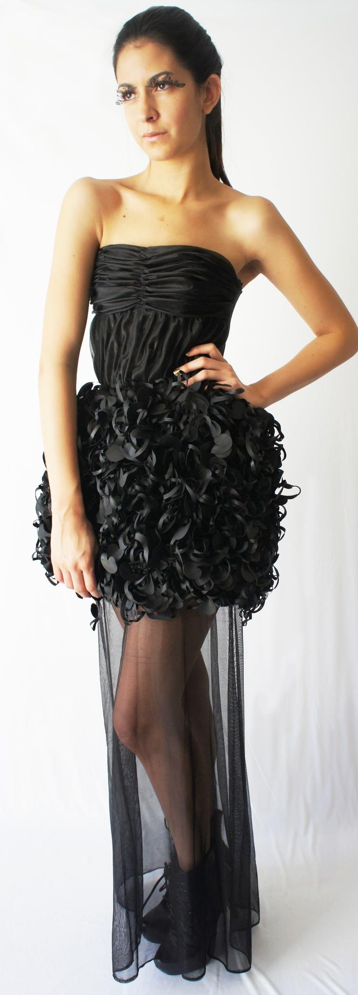 Este vestido fue realizado con tramado textil, ques es montar un marco a mano, despues ir tejiendo pieza por pieza hasta que tenga el tamaño que se busca, dandonos este hermoso resultado