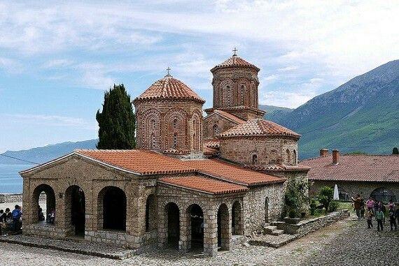 La República de Macedònia, localitzada a la península balcànica al sud-est d'Europa, ofereix moltes atraccions relacionades amb la seva història religiosa. Precisament, una d'elles és el Monestir de Sant Naum que es troba a la vora del llac Ohrid, prop de la frontera amb Albània.
