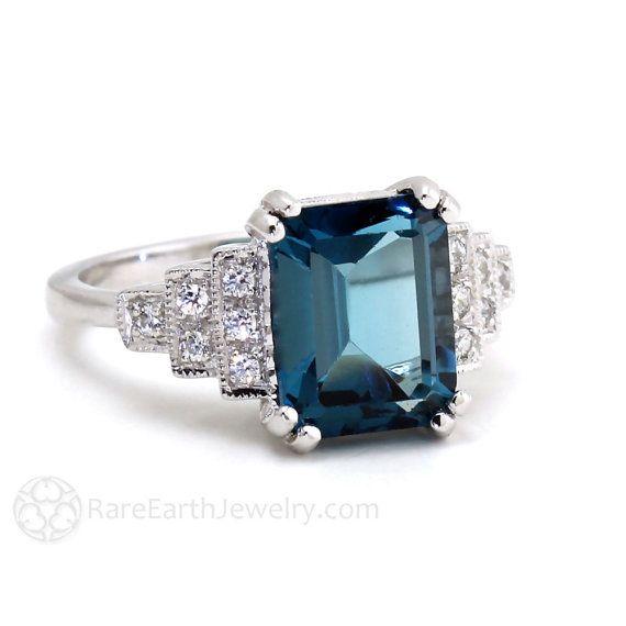 Een absoluut prachtig Art Deco geïnspireerde Londen Blue Topaz en Diamond ring. Bij het centrum is een 4,25 ct emerald cut natuurlijke Londen Blue Topaz instellen in een dubbele fronten instelling. .20cts van sprankelende gratis natuurlijke natuurlijke conflictdiamanten accent beide kanten in een Art Deco stapte ontwerp met milgrain detaillering. Dit zou een groot diner ring, rechterhand ring of een unieke verlovingsring te maken! Het is beschikbaar in uw keuze van 14 K wit, geel of Rose…