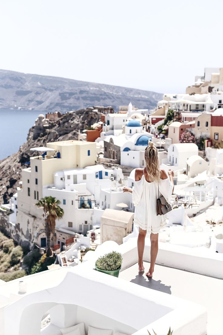 Oia, Santorini | More here: http://www.ohhcouture.com/2016/06/monday-update-25/ | #ohhcouture #leoniehanne