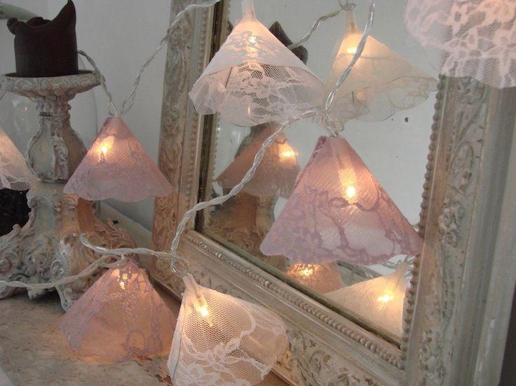 Guirlande lumineuse LED esprit Shabby chic en dentelle sur polyphane : Luminaires par latelierdamepatine