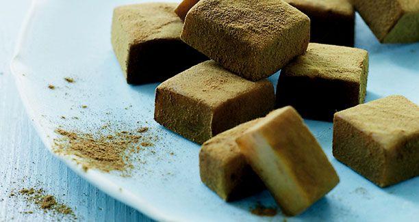 Karameller smager vidunderligt og Mette Blomsterbergs opskrift på bløde lakridskarameller er bare helt perfekt!