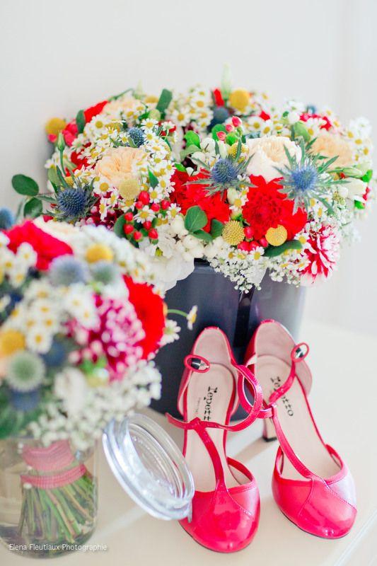 Bouquets colorés Chaussures colorées Mariage champêtre vintage coloré  Atelier du bonheur http://www.atelierdubonheur.fr/