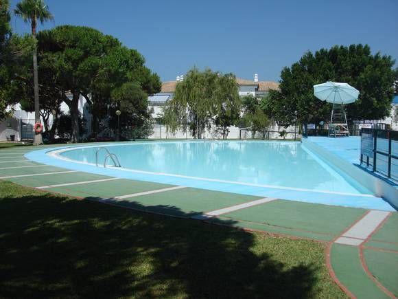 CÁDIZ, CHICLANA. Apartamento en la zona del Coto de la Campa (Urb. La Almadraba) a 300m de la playa de La Barrosa. Urbanización muy familiar, zonas verdes, parque infantil, 2 piscinas (infantil y adultos), vigilante y socorrista en verano. Pista de tenis, pádel, baloncesto y futbito. Club social con restaurantes. Con una superficie de 70m² y 18 m² de terraza. Tiene 2 dormitorios uno  con cama de 135cm y otro con 2 camas de 90 cm, salón, cocina, baño y garaje. #Chiclana…
