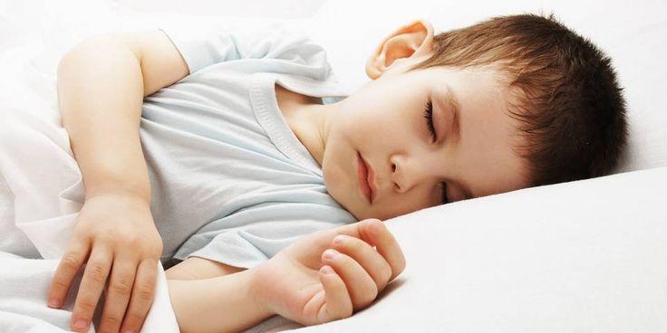 SOVER SØTT: Det er lurt å legge barnet før det blir overtrøtt. Overtrøtte barn sover nemlig dårligereog kortere.