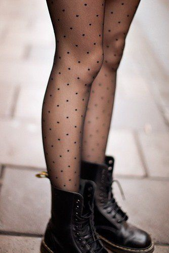 Putting on new tights - mettre des collants tout neufs ( haaaan docs + p'tits pois ♥)