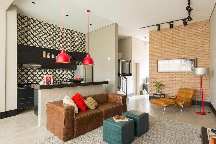Em apê, terraço se integra ao estar e abriga área de serviço 'camuflada'