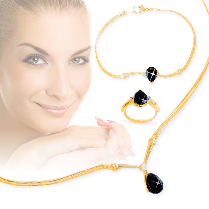 3-delige sieradenset Maryam van 4999 voor slechts  Description: Weinig edelstenen hebben de charme van echte zwarte onyx het stralende middelpunt van deze collier- ring- en armbandset. Alle stukken zijn 18 krt verguld en bevatten een rijke peervormige echte zwarte onyx welke in contrast staat met de heldere glans van witte kristal accenten. Het collier is voorzien van een echt diamant accent. ? Verstelbaar collier (4572 cm ? 5334 cm) met echte zwarte onyx (10 x 7 mm) en echt diamant accent ?…