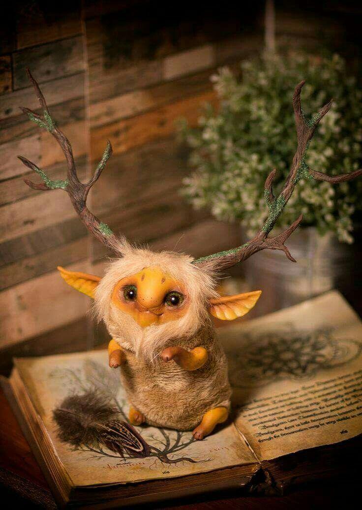 Un livre avec une créature magique dessus