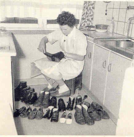 Zo zat ik alle dagen 8 paar schoenen te poetsen,jarenlang verschrikkelijk.