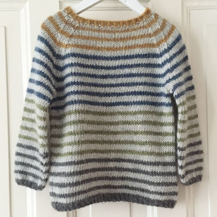 Om modellen:Rummelig basissweater med raglanærmer, mulighed for mange personlige variationer.Modellens færdige mål:Str. 1 (2) 4 (6) 8 År.Brystvidde: Ca. 62 (67) 72 (76) 80 cm....