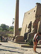 Luxor-Tempel; Obelisk, Sitzstatuen, Teil von Pylon .   . El Qousour