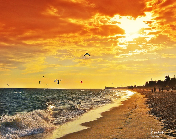 Mui Ne is one of the favourite sports kite surfers like so much. No wonder this wonderful beach in Vietnam has more than 300 windy days a year, making it ideal to kitesurf. #Muine #Vietnam