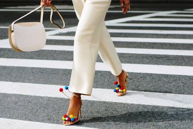 AQUAZZURA : deliziosi pon pon colorati caratterizzano questi splendidi sandali #MontorsiGiorgioModena #boutiqueMontorsi  #MontorsiModena