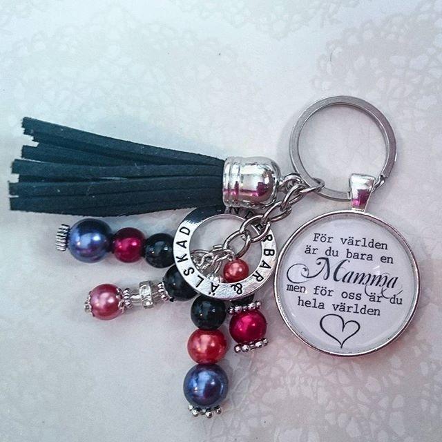 WEBSTA @ esmiliasmycken - Nyckelknippa 59krFrakt 7kr#nyckelring #nyckelknippa #smycken #väsksmycke #dekorera #bloppis #loppis #shopping #tillsalu #mamma #mormor #farmor #kärlek #familj