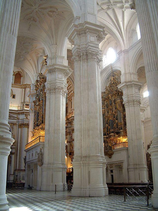 DIEGO DE SILOÉ: Catedral de Granada. Vista de las naves.