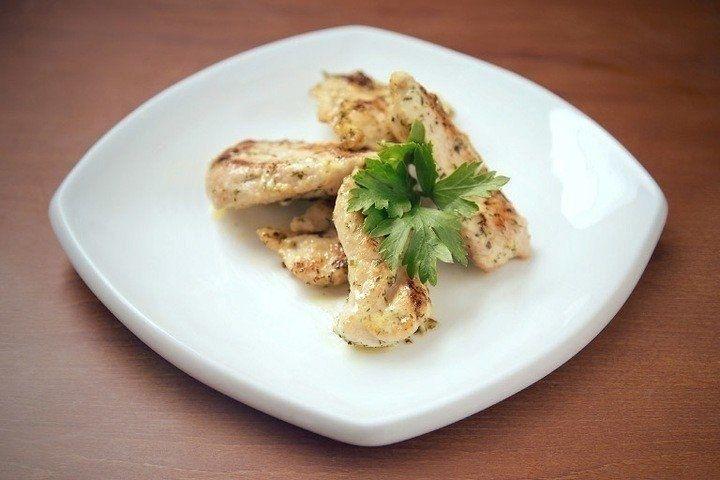 Фото к рецепту: Курица в майонезном соусе