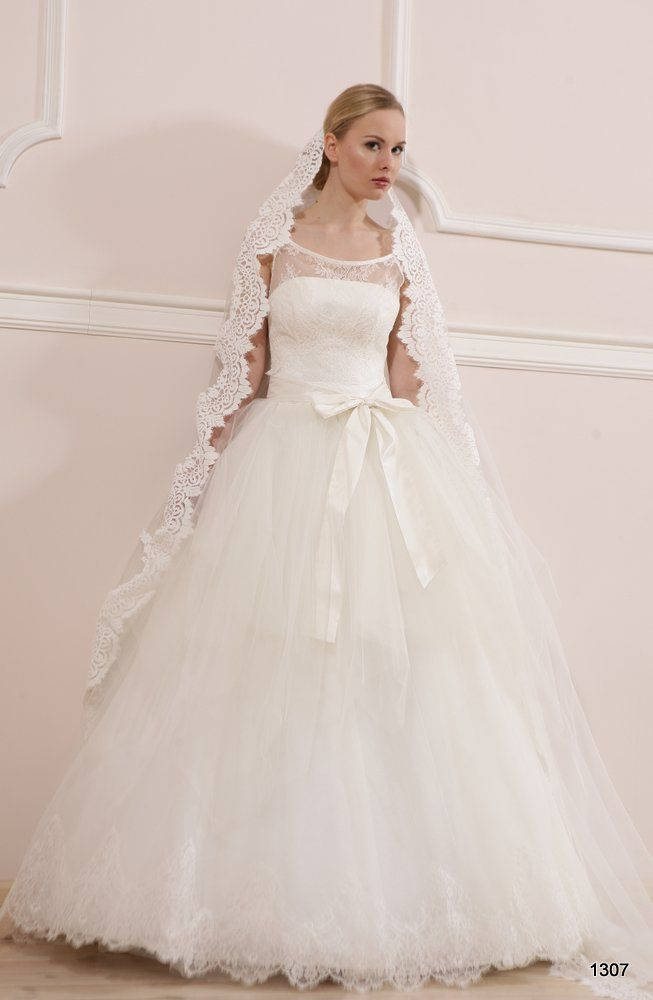 Model 1307 | Pracownia Sukien Ślubnych Poznań - Jolanta Duda-Koprowska Zapraszamy na przymiarki naszych sukienek w pracownii. Znajdziecie tu #tiulowe# #koronkowe# #muslinowe# i inne, zawsze #eleganckie# #suknie# #ślubne#