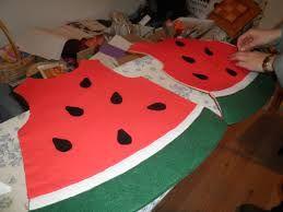 Disfraz de sandia con una bolsa roja y verde y unas pepitas de aironfix negro http://www.multipapel.com/familia-material-para-disfraces-maquillaje-bolsas-de-color.htm