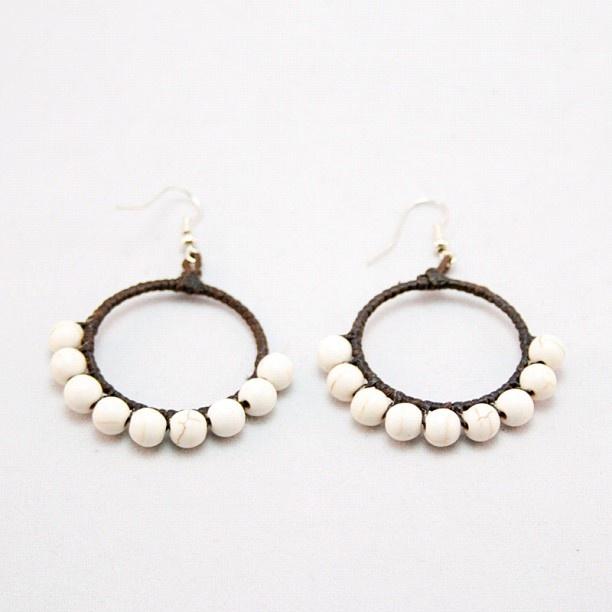Örhängen med vita, mönstrade pärlor.