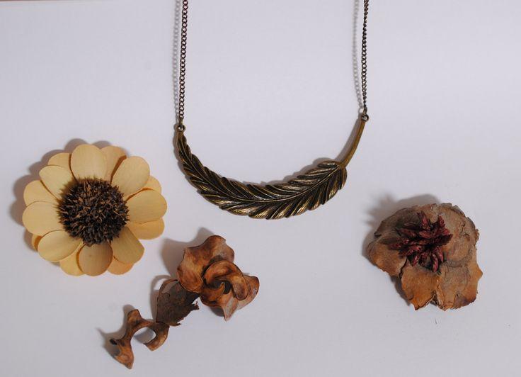 Collana corta charm piuma foglia a mezzaluna color bronzo : Collane di totto-by-design