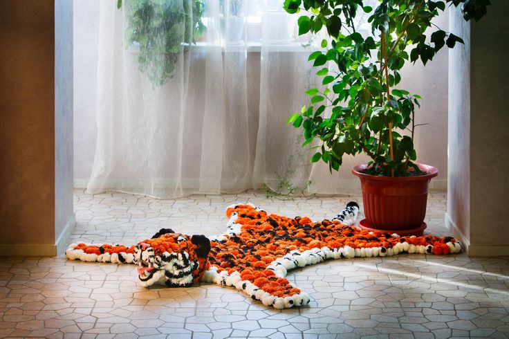 Шкура из помпонов в форме тигра - отличное стилистическое решение для интерьера. К тому же, такой коврик очень функционален - на нем тепло и уютно сидеть и лежать #помпон #пумпон #тепло #уют #вязание #ручнаяработа #fashion #home #handmade #уют@artpompon