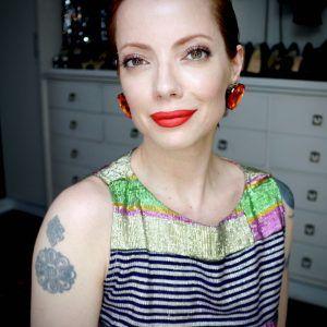 Julia Petit usa topete e delineador clássico, com um pouco de cor no olhos e boca cintilante vermelha....