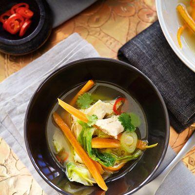 En kycklingsoppa med härlig smak av chili, ingefära och citrongräs.