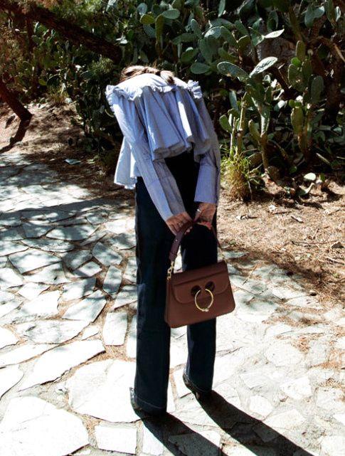 """On aime quand chemise à godets et froufrous se confrontent au néo chic du """"it"""" bag du moment (sac J.W. Anderson)"""