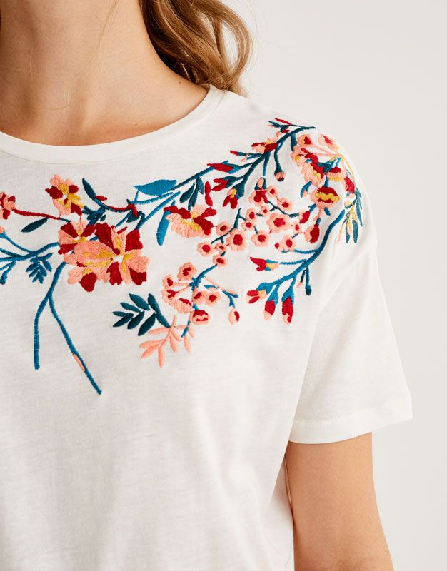 T-shirt with floral embroidered neckline - Sale favourites - Clothing - Woman - PULL&BEAR Ireland
