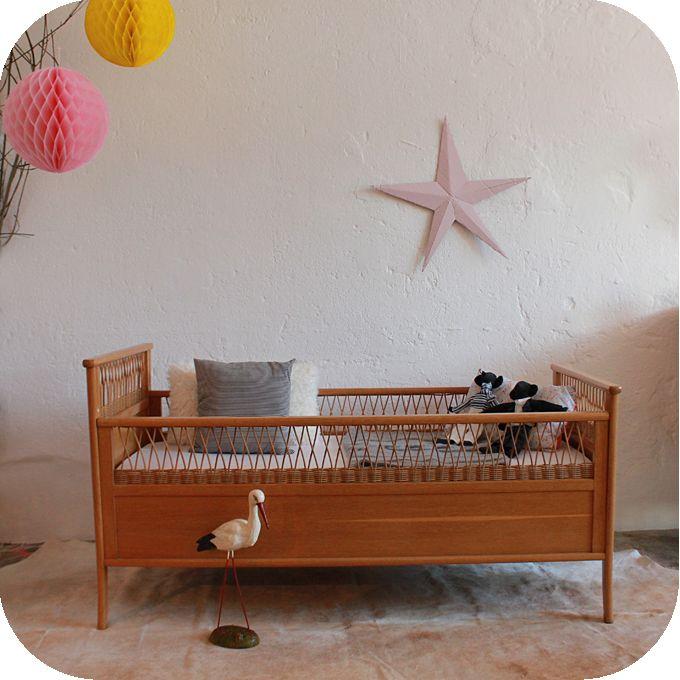 Lit bébé en rotin à retrouver sur www.atelierdupetitparc.fr