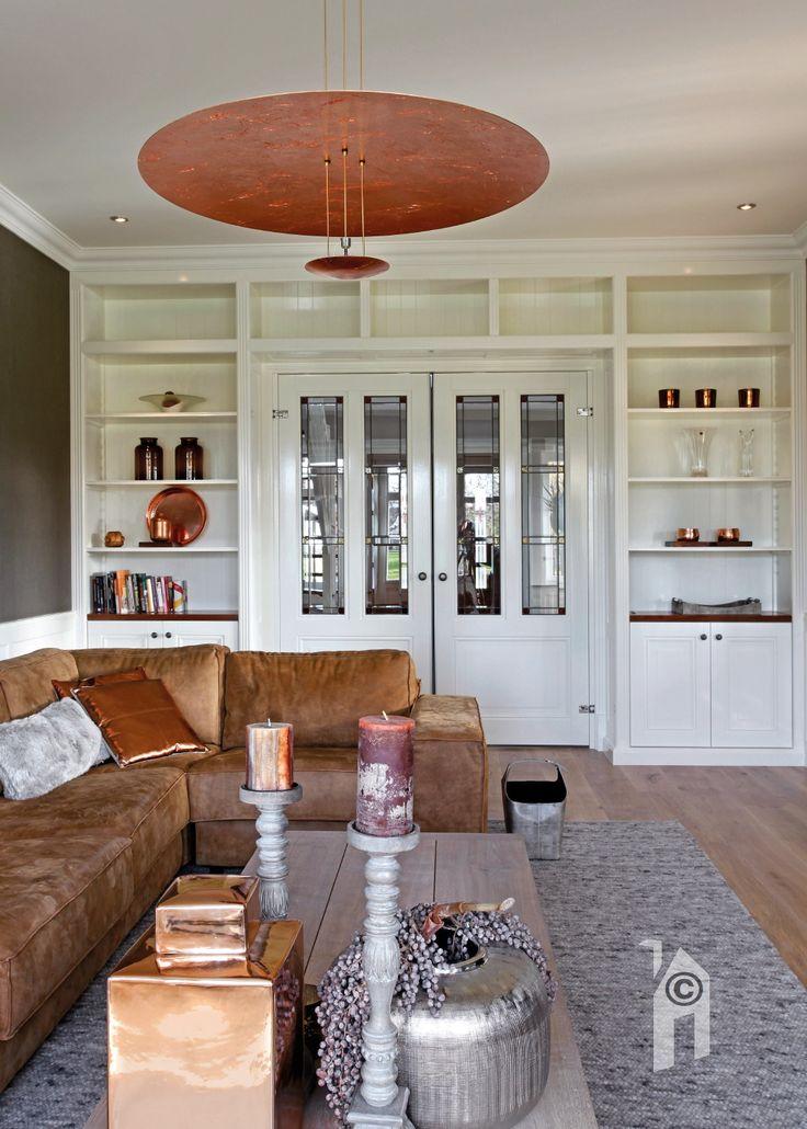 Ruime zitkamer en televisiekamer in een Jaren-dertig villa in landelijke omgeving.