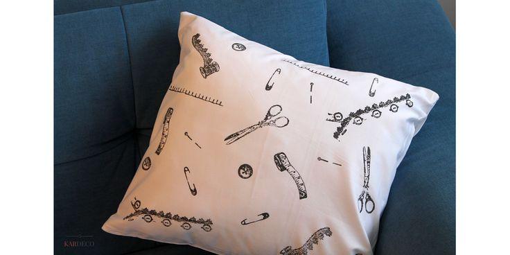 Poszewka na poduszkę zrobiona samodzielnie. Jak ozdobić materiał? Farba do tkanin + pieczątki silikonowe. Fabric ink and silicone stamps. DIY krok po kroku. #fabricink #siliconestamps #farbadotkanin #pieczatkisilikonowe #stemplesilikonowe #czarnafarba #dzienbabci #prezent #rekodzielo #home #homedecor #mieszaknie #dekoracjadomu #poduszka #poszewka #zrobtosam #szycie #handmade #poduszkahandmape #sewing #pillowhanmade