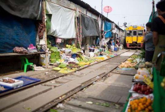 06 - MAELONG RAILWAY, TAILANDIA Es un tren que conecta Wongwian Yai (Bangkok) y Samut Songkhram, con un recorrido de 67 km. Pero lo que le ha hecho famoso es que atraviesa más o menos durante 1.000 metros uno de los mercados de pescado marisco más conocidos del país, situado a una hora de Bangkok. Cuando el tren se aproxima (unas seis veces al día), todos los tenderos apartan sus puestos y mercancías, y se retiran a un lado, para que pase.