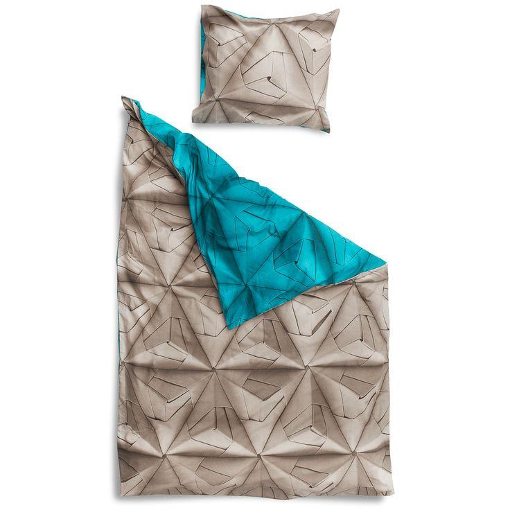 MONOGAMI PETROL Onze Geogami print is vernieuwd. Wat eerst een mix van kleuren was, is nu één effen kleur per zijde geworden. Met een neutrale taupe aan de ene kant en een stevige petroleum blauw aan de andere. Très chique, al zeggen we het zelf.