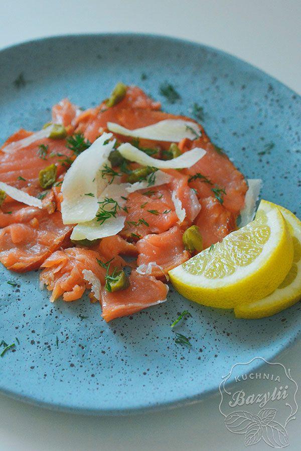 Carpaccio z wędzonego łososia to doskonała przystawka dla miłośników ryb. Spróbuj koniecznie, a nie pożałujesz. Smacznego!