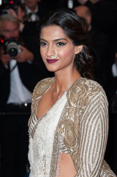 #Cannes, Red Carpet, May 15: Sonam Kapoor https://twitter.com/sonamakapoor in brilliant #Couture by Anamika Khanna http://www.ana-mika.com/ ~ white lace saree with pearls embedded, blouse & long cape jacket with matching gold embroidery, and a contemporary twist of kundan nath #nose_ring by Sunita K http://mumbai.olx.in/iichha-the-handmade-jewels-by-sunita-k-iid-314048630