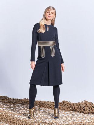 Платье с каплевидным вырезом горловины