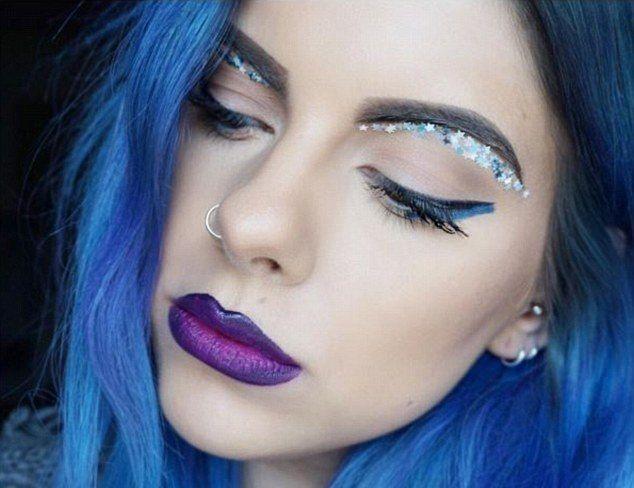 В Сети ежедневно появляются разнообразные бьюти-тренды. Блогеры придумывают новые техники макияжа, очищения лица, создают необычные прически и маникюры. На этот раз в Интернете появился новый тренд - цветные двойные брови.