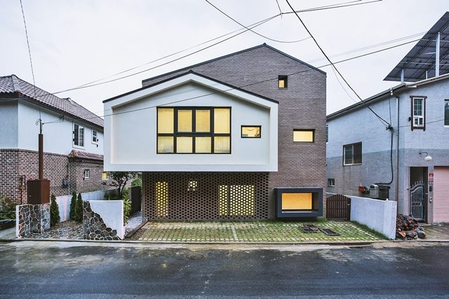조용한 골목길을 따라 걷다 보면, 심상치 않은 외관의 집 한 채와 마주하게 된다. 집을 짓기 위해 많은 준비를 해온 건축주와 그의 바람을 재미있는 요소들로 풀어낸 건축가가 만나 완성한 집이다.창원 재미있는 집은 말 그대로 그 시작부터 재미있다. 건축주는 처음 설계를 의뢰하며 70쪽이 넘는 집짓기 관련 보고서를 만들어서 손