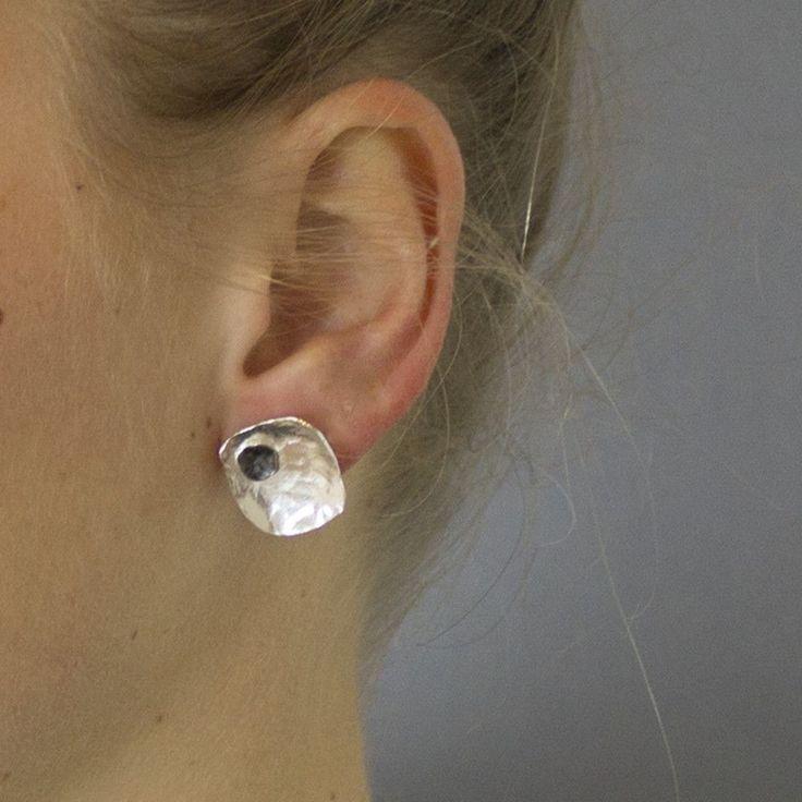 <p> <div>Oorsteker gemaakt van 925 sterling zilver en geoxideerd zilver. Het zijn vierkante oorstekers waar een klein vierkantje van geoxideerd zilver in is bewerkt.</div> <div></div> <div>Materiaal: 925 sterling zilver<br />De glans van 925 sterling zilver maakt het een gewild edelmetaal voor de vervaardiging van sieraden. Het bestaat uit 92,5% puur zilver en 7,5% koper. Puur zilver is een zacht en buigzaam materiaal, het koper in 925 ...