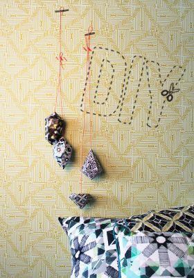 DIY - Blog | ESSENZA HOME  DIY: GEOMETRISCHE HANGERS Met deze DIY maak je in een handomdraai unieke, geometrische deco-hangers voor je interieur. Leuk nu kerst weer voor de deur staat, kun je mooi een kerstboom vol zelfgemaakte papieren hangers maken!